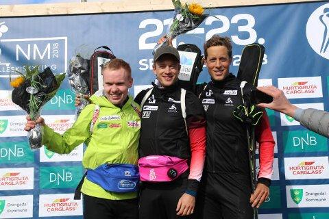 F.v. Martin Femsteinevik, Tarjei Bø og Lars Helge Birkeland på pallen etter sprinten.