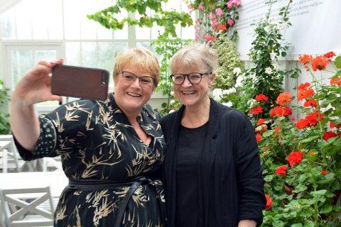 I august i fjor var kulturminister Trine Skei Grande på besøk i baroniet. Her tar Grande bilde av seg sjølv og museumsdirektør Anne Grete Honerød inne i drivhuset. (Arkivfoto).