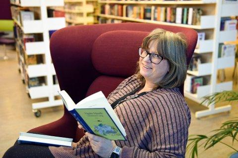 NØGD: Biblioteksjef Trude Hege Bergesen, her med to aktuelle bøker, er nøgd med fjoråret, trass ein svak nedgang i utlånet.