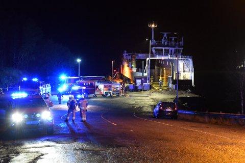 Meldinga om brannen kom i 18.40-tida torsdag kveld. (Foto: Jonn Karl Sætre).