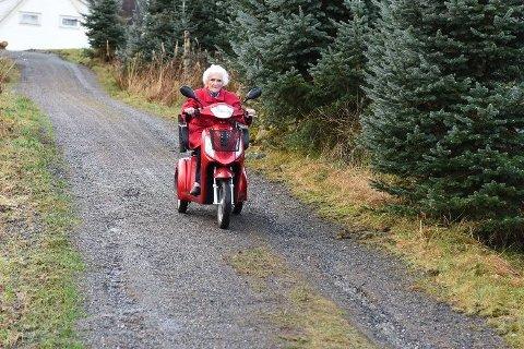 Då vi besøkte Hildur i 2015 køyrte ho blant anna rundt på denne elektriske scooteren. Søndag fylte ho 100 år. (Arkivfoto).