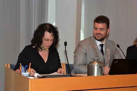 Varaordførar Hilde Enstad (Ap) og ordførar Hans Inge Myrvold (Sp) rett etter valet torsdag.