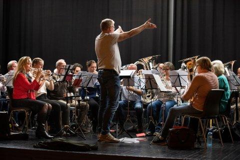 Rosendal musikklag skulle veldig gjerne ønskt seg fleire medlemar fødde mellom 1970-1999. Her frå øving i oktober, med dirigent Yngve Nikolaisen i spissen.