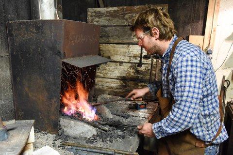 Åge Hjortland med glødande jarn i elden. (Arkivfoto).