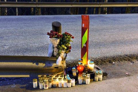 I dagane etter den tragiske ulukka vart det sett ut lys og blomar på ulukkestaden, til minne om Jens Emil Tøkje Jacobsen som mista livet. (Arkivfoto).
