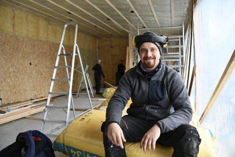 Espen Stensletten fortel at tidene er gode i byggebransjen. Norsk Takfornying Sunnhordland AS starta opp i 2016 og har hatt gode år sidan. Stadig blir nye kundar kjende med familieselskapet frå Sunde.