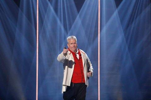 Arne Torget valde å lesa eit sjølvskrive dikt i semifinalen som hadde eit meir alvorleg tema, nemleg sjølvverd. Det sjarmerte dommarane i senk. (Foto: TV2).
