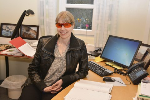 Forskar og overlege Tone Henriksen har oppnådd framifrå resultat ved å la pasientar bruka oransje briller.