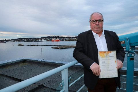 SJØFARTSDIREKTØREN: Fungerende sjøfartsdirektør Lars Alvestad med Sleipners seilingssertifikat som ble hentet ut av vraket.