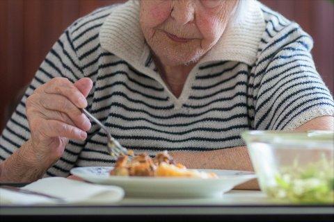 MATOMSORG: Lova seier at heimebuande eldre skal ha rett mat og nok tid og ro til å eta han. Fylkesmannen vil sikra seg at det skjer i Kvinnherad òg.