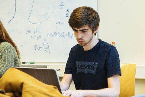 KONSENTRERT: Marcel Rød i djup konsentrasjon om programmeringa. Foto: Equinor