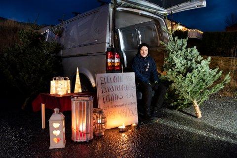 Mathias Tvedt tenkte ikkje berre på seg sjølv då han selde juletre og dørkransar på Valen like før jul. (Arkivfoto).