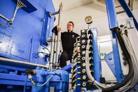 Styreleiar i Småkraftforeninga, Lars Emil Berge, ser ikkje svart på dei låge straumprisane. Han trur ting vil ta seg opp igjen til hausten.