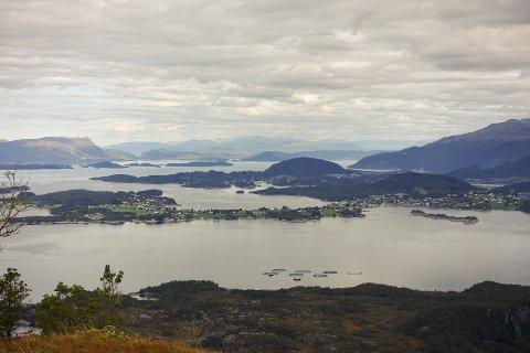 Utsikt frå borgundnuten: Det fine med fjelltoppane på øyane er at du har utsikt i alle retningar. Har har fotografen vendt seg mot Halsnøy og utsikta innover fjorden. (Arkivfoto).