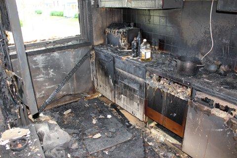 Slik kan eit kjøken sjå ut etter ein brann som oppstår på komfyren. Ei komfyrvakt er derfor ei billig forsikring. (Foto: Komfyrvaktkampanjen/Infratek).