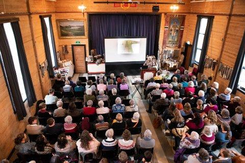 POPULÆR: Annemor Sundbø sitt foredrag om «Norsk strikkemønstersymbolikk» samla full festsal i Dalheim.