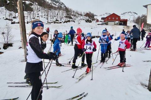 Her ser du ein gjeng unge skiløparar klare til årets tredje karusellrenn i regi av Omvikdalen IL. (Foto: Sjur Langesæter).