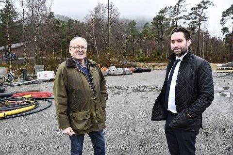 Både Peder Sjo Slettebø og Knut Prestnes vil komma i gang med idrettshall-prosjektet, og meiner det no kan gjerast ved å ta tilkomstveg og grunnarbeid først. Foto: Håvard Røyrvik.