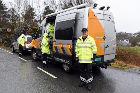 PÅ OPSANGER: Kontrollansvarleg Sveinung Bauge framfor vegvesenbilane og nokre av kollegane som var i aksjon i samband med kontrollane i Kvinnherad  fredag.