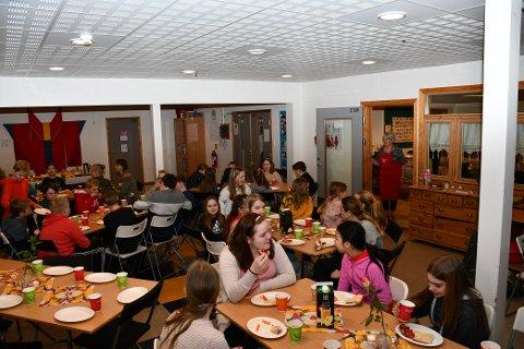 SUNT OG GRØNT: Tysdag fekk storskulen ved Malmanger skule servert lunsj av kvinnene i Seimsfoss og Løfallstrand helselag.