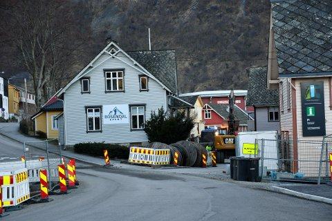 El-ferje-satsinga til Hordaland fylkeskommune krev store utbetringar i infrastrukturen til nettselskapa. I Rosendal jobbar ein med å grava ned ein kabel som skal forsyna Årsnes-ferja. Det er Byggservice som har jobben. Foto: Marie Skaaluren.