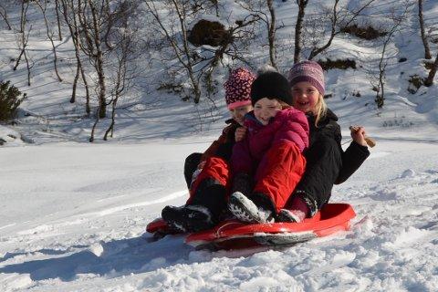 AKING: Ein trio var aktive på akefronten, og det var full fart nedover ein bakketopp. Her ser vi 7-åringane Inga Saghaug (framme), Mari Bondhus Holmedal (t.v.) og Olina Hjønnevåg Heimvik (t.h.) i farta.