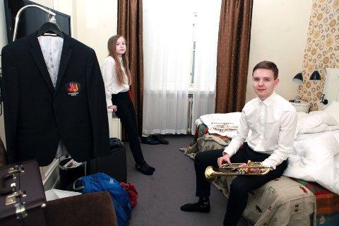 Sigmund og Solfrid Bleie Ulvestadbakken har dressa seg opp for å spela for Rosendal/Uskedal under Hordablæsten. Seinare på dagen skal Sigmund skifta til dressjakke og Ravnanger Brass. Dagen før var han også i aksjon i ensemble-konkurransen saman med fire andre trompetistar på Langhaugen VGS.