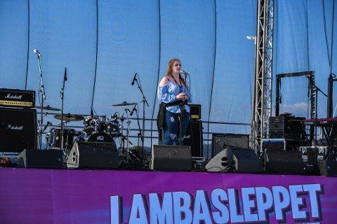 I fjor var det Kjerstin Guddal Jansson som stakk av med Lambasleppet-stipendet på 50.000 kroner. Her frå arrangementet i Uskedalen – i år blir det lagt til OmStock-festivalen og Husnes. (Arkivfoto).