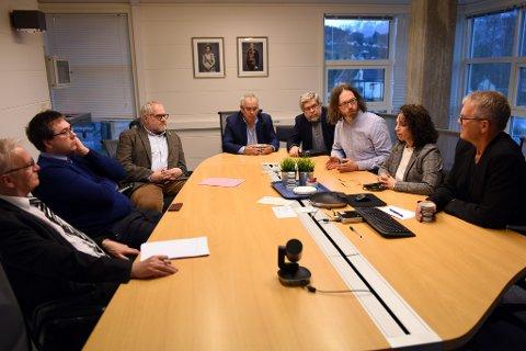GRUPPELEIARMØTE: Her argumenterer Gaute Lund (SF) for å kutta ut debatt om rapporten om rådmannsaka. Frå høgre og rund bordet mot klokka: Leif Sverre Enes (H), Hilde Enstad (Ap), Gaute Lund (SF), Otto Benjaminson (KrF), Ove Lemicka (Frp), Matthias Zimmermann (MDG), Kent Are Kjørsvik Petterson (V) og Gunnar Våge (Sp).