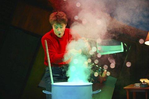 MAGISK: Georg lagar ein magisk medisin for å gå bestemora si ein lærepenge! Pressefoto.
