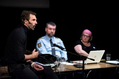 STERK HISTORIE: Claus Lundekvam fortalde sterkt om store høgder i fotballkarrieren, til dei djupaste avgrunnane i rushelvetet. I bakgrunnen ser vi politimann Are Uppheim og SLT-koordinator Heidi B. Jakobsen.