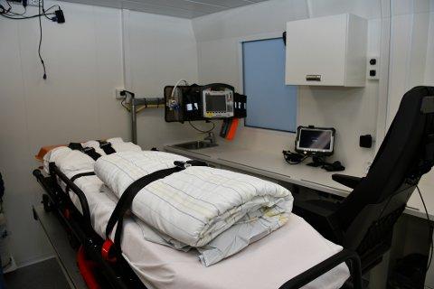 TO BÅRER: Her ser vi éin av to båreplassar i «Rosedoktoren», komplett med multimonitor og tilgang til pasientopplysingar frå AMK-sentralen.