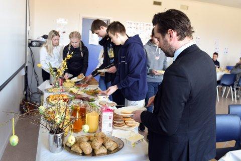 LOFF: Koldtbordet bogna av god mat. Her ser vi at ordførar og tidlegare bakar, Peder Sjo Slettebø, har sikra seg ei loffskive.