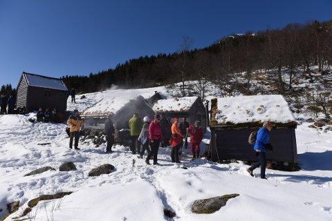 Det var folksamt under open støl på Langfredag i fjor. I år er snøen vekke, men det blir truleg minst like idyllisk ved det små sela. (Arkivfoto).