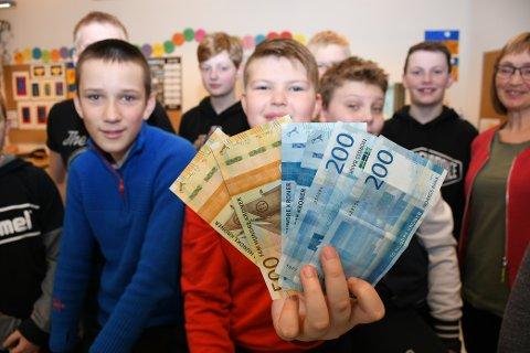 PREMIEKLASSE: Sverre Jonassen  får halda pengepremien som 7. klasse ved Omvikdalen skule vann i «Vis med avis»-konkurransen.