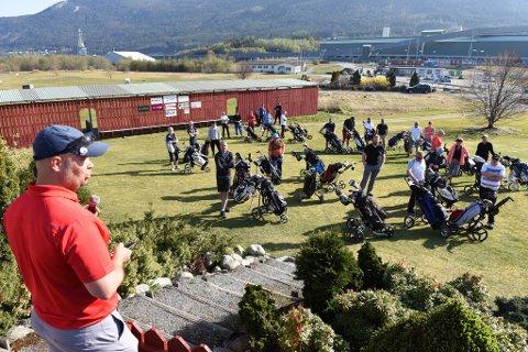 Turneringsleiar Verner Fjelland orienterer spelarar før start.