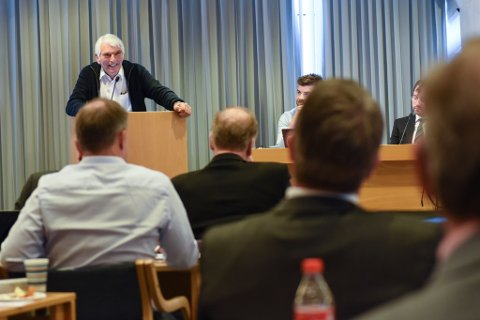 PÅ VIPPEN: Arne Presthus vil ha dei endelege boda som kjem offentleggjorde, men er eigentleg mot fusjon. Han kom i søkjelyset igjen og var på talarstolen ved fleire høve.