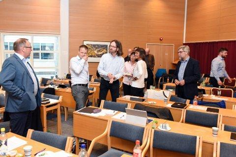 KE-saka utløyste både debatt og sonderingar. Her er det Knut Førland (t.v.) og Gaute Lund (nr. tre frå venstre) som diskuterer.