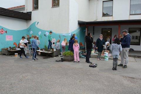 I fjor fekk sjetteklassingane på Undarheim skule dekorera ein av skuleveggane saman med kunstnarane AFK, Nimi, Tante Regine og Sandie Carol som ein del av Hardangerfjord Street Art Festival. (Arkivfoto).