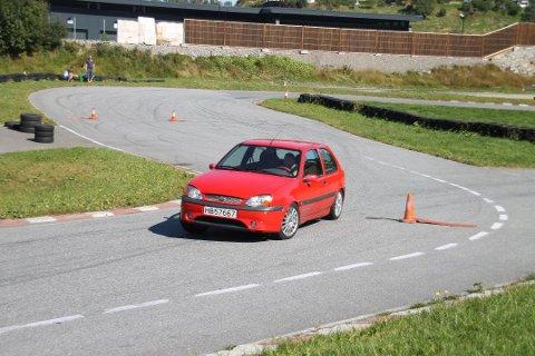 I autoslalåm er det om og gjera å manøvrera bilen mellom kjeglene på kortast mogleg tid. (Arkivfoto: Harald Molvik).