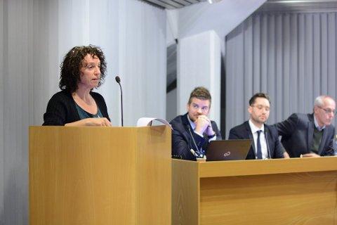 Hilde Enstad (Ap) stiller spørsmål ved dei juridiske vurderingane og det tillyste folkemøtet måndag 20. mai.