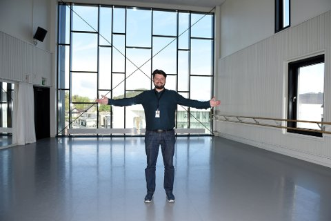 BYR OPP TIL DANS: Kulturskulerektor Kirill Zimin ønskjer seg søkjarar til ei nyoppretta dansestilling. Her er Zimin fotografert i kulturskulesenteret sin flotte dansesal.