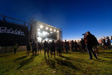 MANGLAR 100: Festidalen har bede kommunen vurdera å senda eit kommunalt arbeidslag for å rigga opp scenen før årets festival. Her ser vi scenen i fjor. (Foto: Lars Martin Teigen).