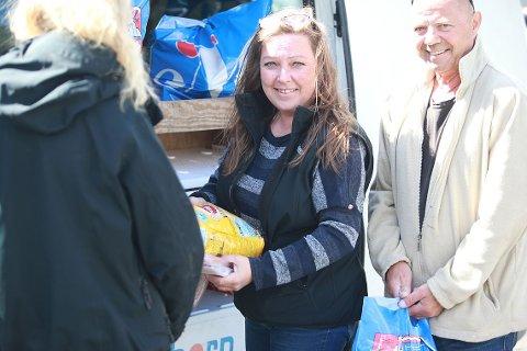 Trude Beckholdt er eldsjela bak «Brøddamo i Os og omegn (Hjelp til å hjelpe)», her saman med si «høgre hand» Johnny. (Foto: Kjetil Vasby Bruarøy, Midtsiden).