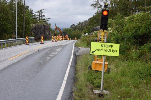 LYSREGULERT: Eine vegbanen er avsperra i samband med arbeidet, og der-med er området lysregulert for tida.