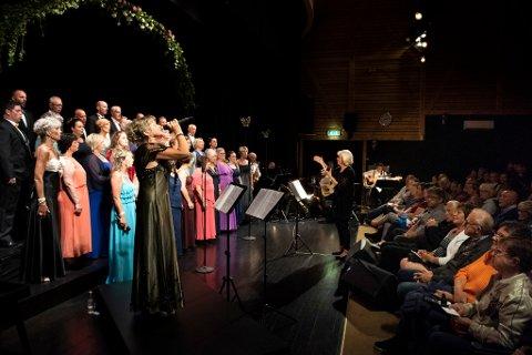 POPULÆRE: Totalt hadde Strupebandet 639 tilhøyrarar i løpet av helga. Bildet er frå konserten i Halsnøy kulturhus fredag kveld, og det er Frøydis Sjo som er i aksjon som solist i forgrunnen.
