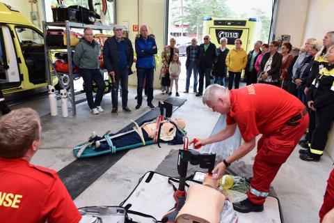DEMO: Atle Holm ved Kvinnherad ambulanse viser korleis han stiller inn ein kompresjonsmaskin.