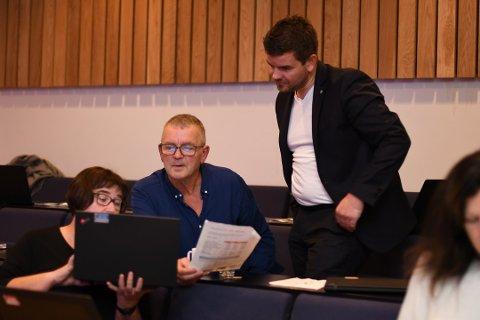 Leif Sverre Enes (H) var skeptisk til Ove Lemicka (Frp) sitt forslag om at kommunen skal tilbakebetala 50 prosent av innbetalt eigedomsskatt i 2020, men sa det reiv han litt i sjela at det høyrdest ut som om han snakka opp eigedomsskatten.