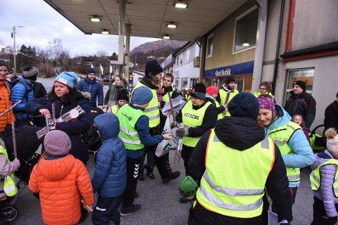 MOT ENDRING: 11. januar demonstrerte rundt 100 personar mot den føreslegne endringa av skulekrinsgrensa mellom Omvikdalen og Malmanger skular.