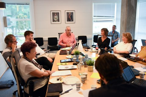 Ove Lemicka (Frp, bak i midten) oppmoda kommuneadministrasjonen til å tenkja kreativt i jakta på nye lokale til vaksenopplæringa på Husnes.